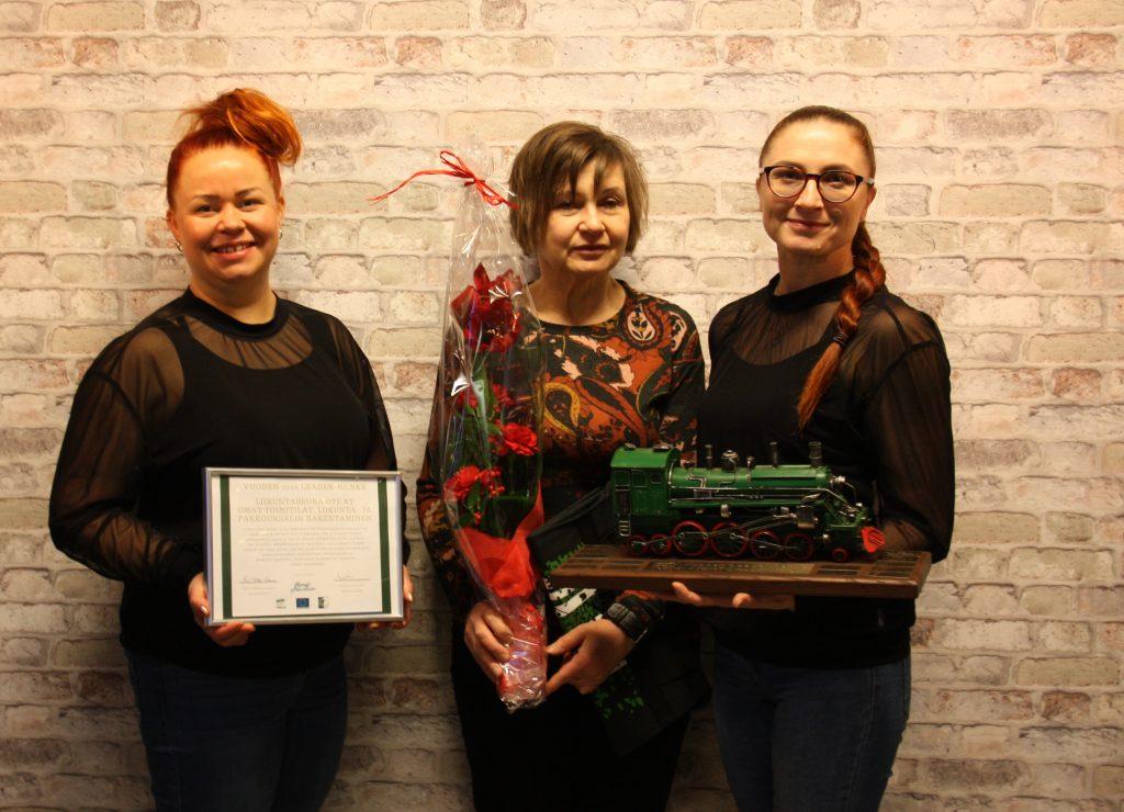 Liikuntaseura Otteen edustajat yhteiskuvassa palkintojen kanssa.