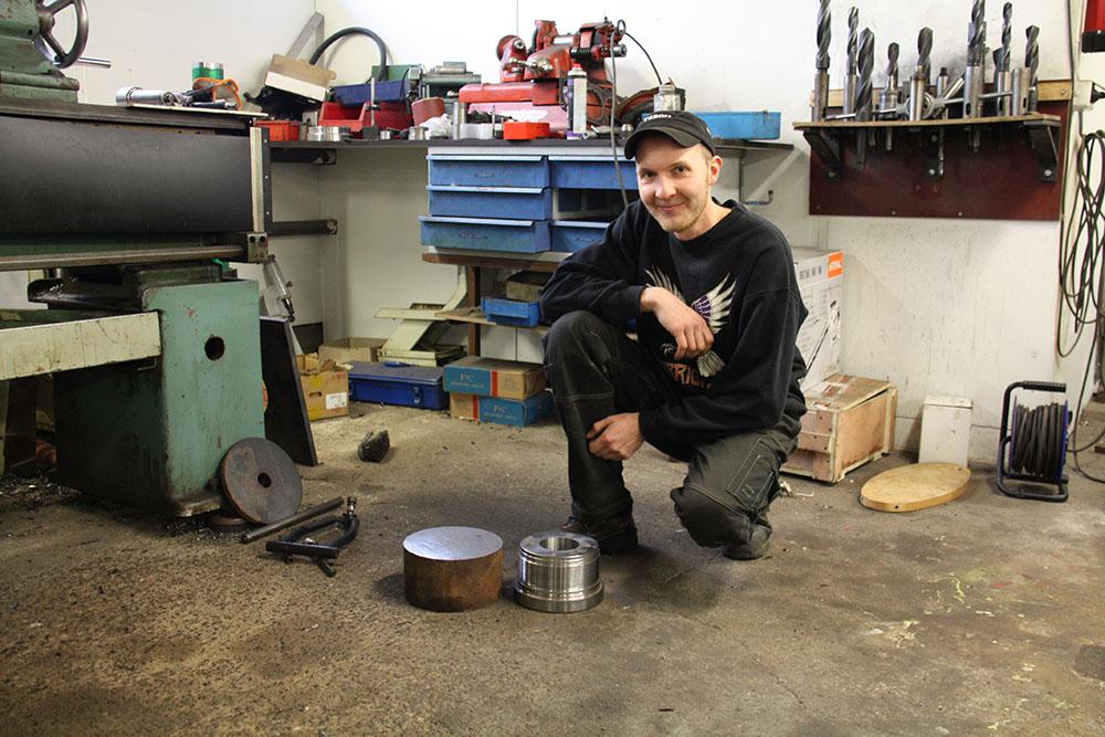Aleksi esittelee sorvaamaansa hydraulisylinterin päätemutteria.