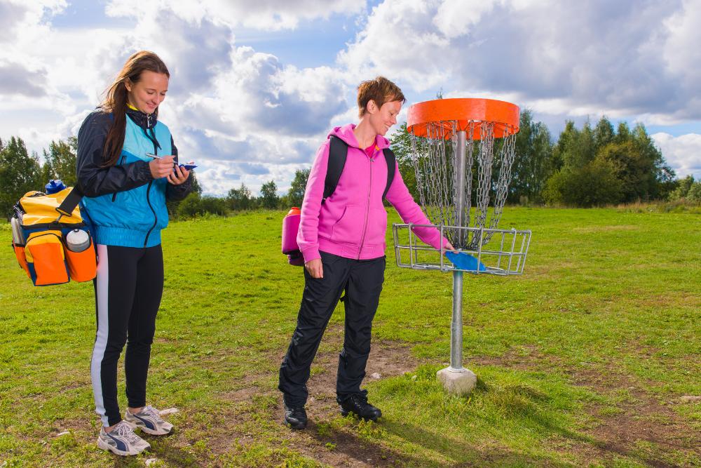Nuoret pelaavat frisbeegolfia