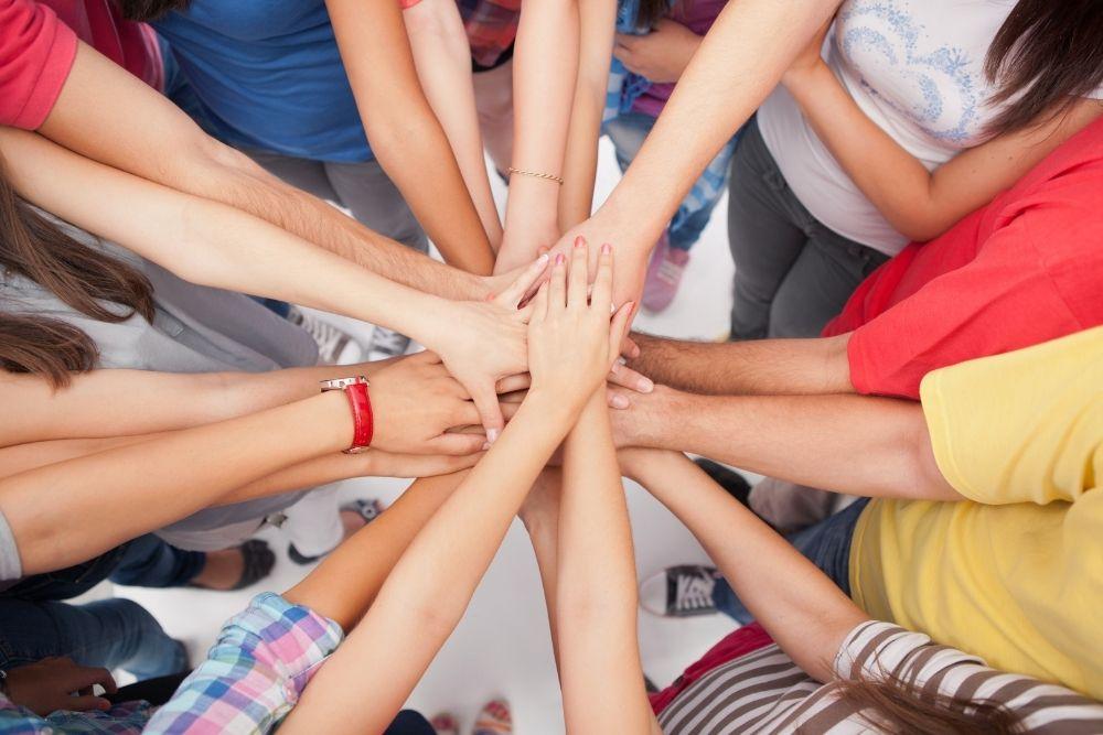 Ihmiset kädet yhdessä