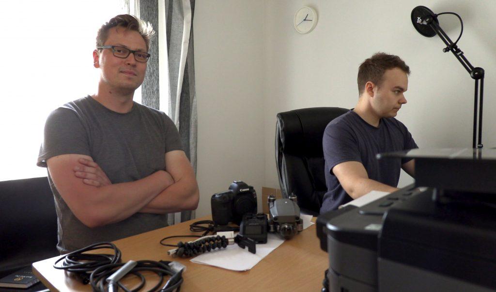 Jere ja Teemu istuvat toimistossa työn touhussa, editoimassa uutta elokuvaa.