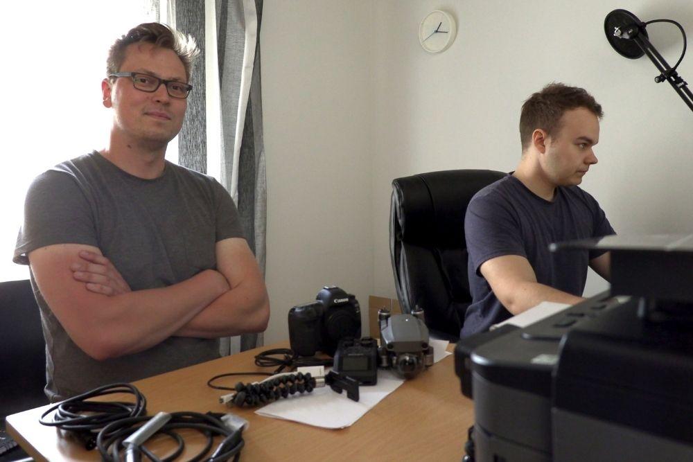 Jere Koistinen ja Teemu Kanotnen istuvat toimistossa ja editoivat uutta elokuvaa.