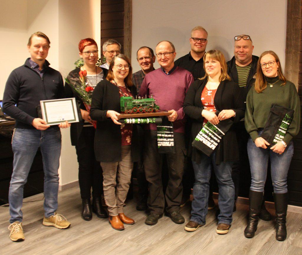 Vuoden hankkeena palkittiin Kasvua Kauppakärrylle-yritysryhmähanke. Yrittäjät yhteiskuvassa.