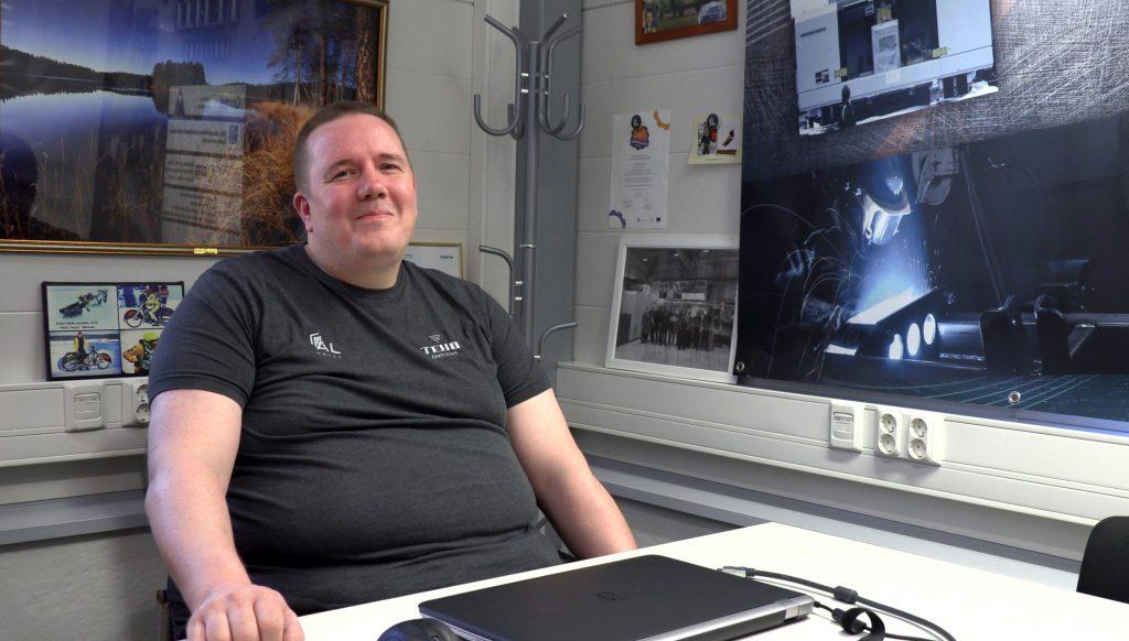 Kimmo koivistoinen istuu toimistossa ja kertoo AL Metalin kehitystyöstä.