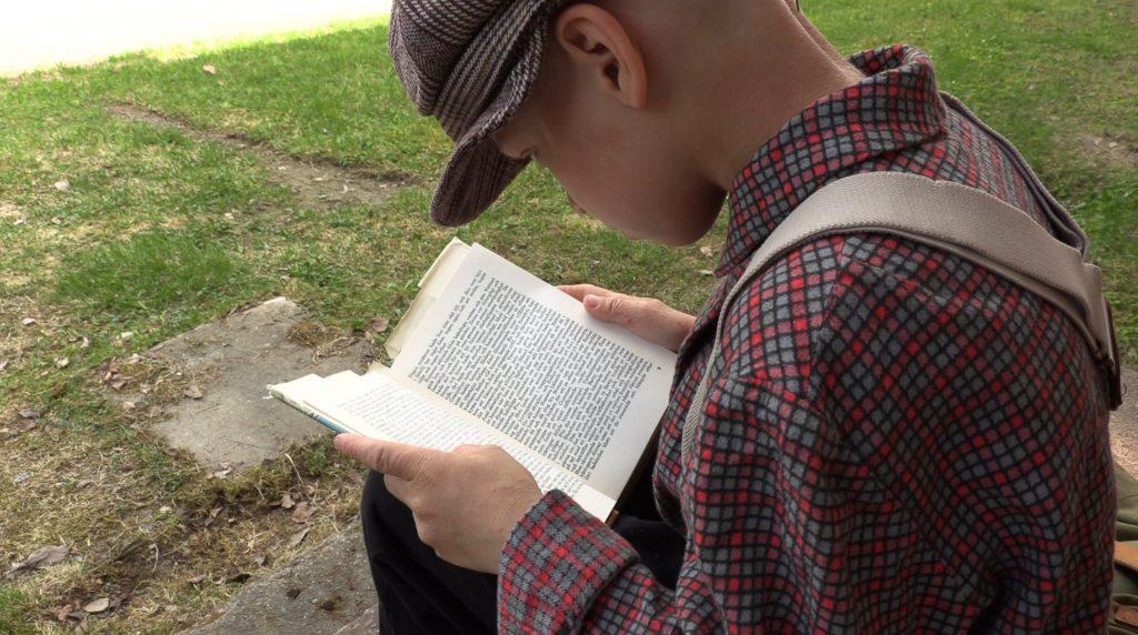 Pikku-Juice lukee kirjaa.