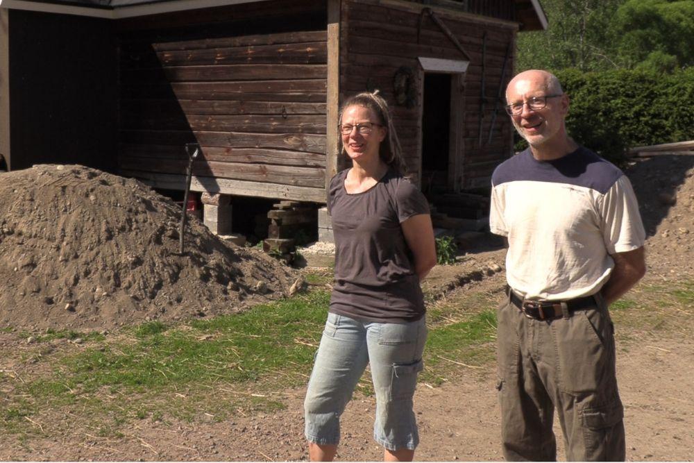 Tuulikki ja Alois esittelevät pihalla rakenteilla olevaa myymälätilaa.