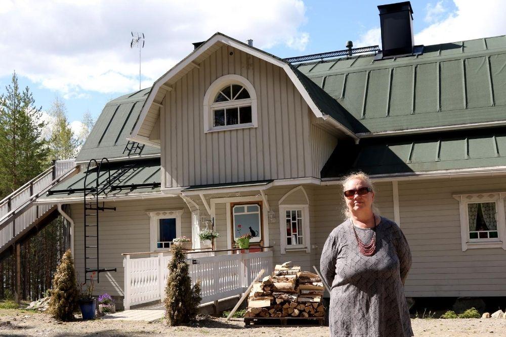 Marja Pietikäinen majatalonsa edustalla.