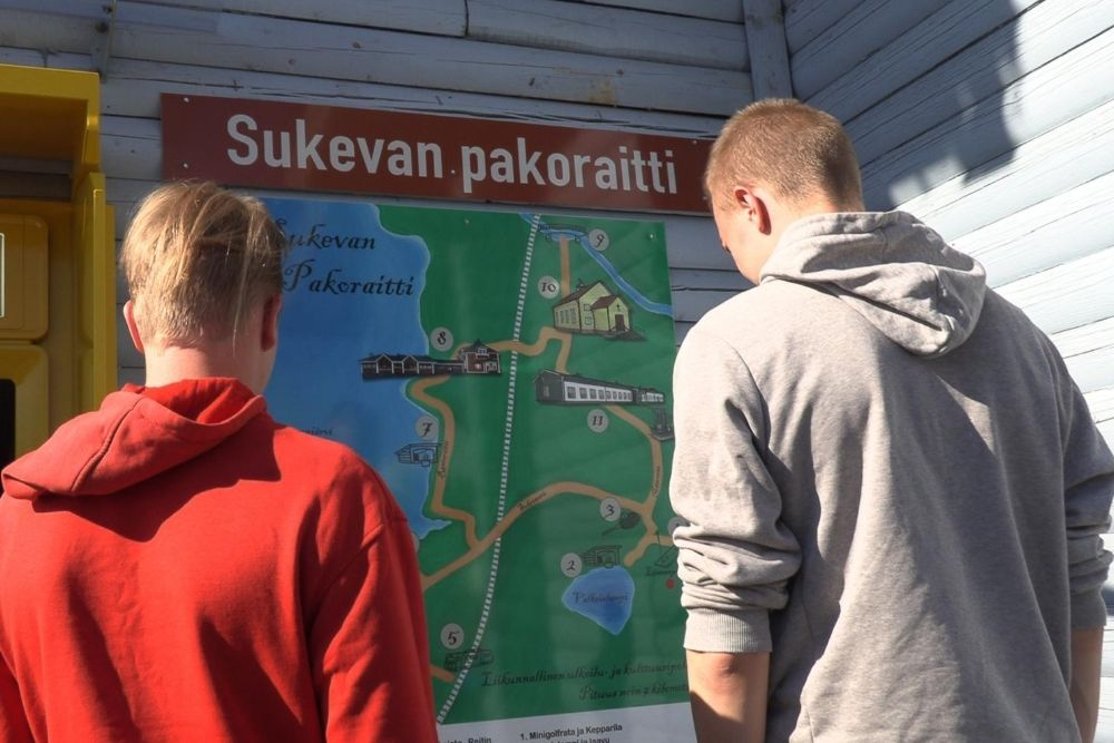 Sukevan seitsemän kilometrin pakoraitista voi keirtää myös vain osan, pojat tutkailevat karttaa.